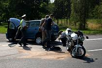 Další dopravní nehoda na Chebsku se stala u Františkových Lázní. Osobní automobil nejspíše nedal přednost motocyklistovi. Toho do nemocnice transportoval vrtulník