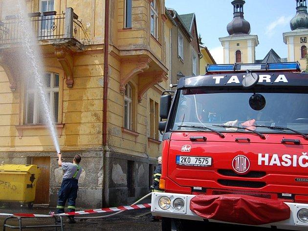LIKVIDACE VČELíHO ROJE PROUDEM VODY. Při jednom z posledních zásahů proti roji likvidovali hasiči v Kynšperku  včely proudem vody.