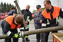 DOMÁCÍ dobrovolní hasiči z Lázní Kynžvartu se nejlépe poprali s požárním útokem a ukořistili putovní sošku.