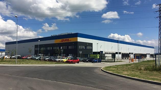 Nedostatek pracovních sil trápí některé společnosti v chebské průmyslové zóně. Například DHL Supply Chain tento problém vyřešila zaměstnáváním vězňů, kteří si odpykávají trest třeba za neplacení alimentů
