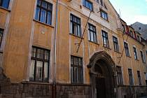 BUDOVU bývalého Ašského kulturního střediska (AKS) v ašské Karlově ulici chce radnice prodat.