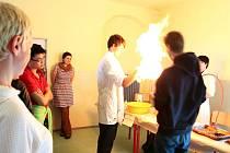Už počtvrté se na Svobodné chebské škole konal takzvaný projektový den. Návštěvníci se tak mohli opět přesvědčit o šikovnosti tamních studentů. K vidění byly práce z oblastí chemie, zpracování kovů, jazykového vybavení až po komunikační technologie.