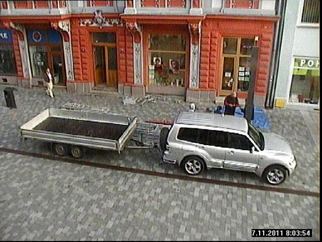 NENÍ TO POPRVÉ, co na pěší zóně v Chebu znečistilo vozidlo dlažbu. Tento řidič se dokonce ještě vrátil, a to v době, kdy to bylo zakázané. Čeká ho pokuta až 300 tisíc korun.