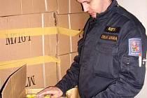 Celníci opět objevili v kontejneru se zbožím z jihovýchodní Asie podezřelý textil. Tentokrát trenýrky