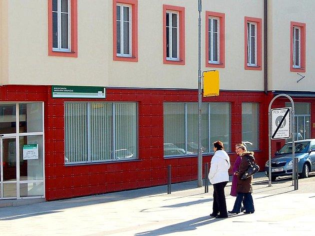BUDOVA SOCIÁLNÍ SPRÁVY v Chebu se dočkala rekonstrukce.     Foto: Deník/ Jan Buriánek