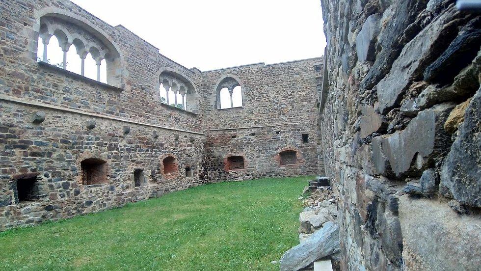 Nejcennějším a také nejnavštěvovanějším objektem v areálu zříceniny chebského hradu je hradní kaple svatého Erharda a svaté Uršuly z 12. století.