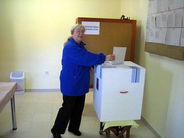 Volby v Ejpovicích -  volební lístky  právě vhazuje Eva Martínková
