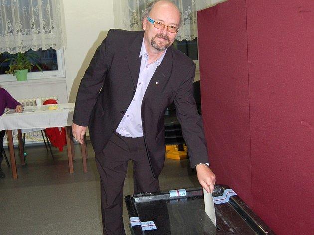 Člen volební komise třetího okrsku ve Františkových Lázních Jiří Vosala odvolil také v pátek navečer.