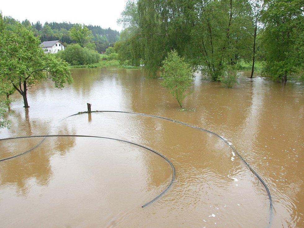 Část Lipoltova na Chebsku zaplavil rozvodněný potok.