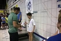 Jan Mareš z chebského plaveckého oddílu Žraloci přebírá ocenění za třetí v závodě na 50 metrů – prsa.