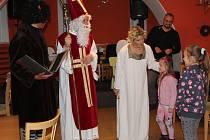 Na mikulášskou nadílku a vánoční pohádku se přišli podívat o víkendu do Pomezí nad Ohří nejen ti nejmenší, ale i jejich rodiče.