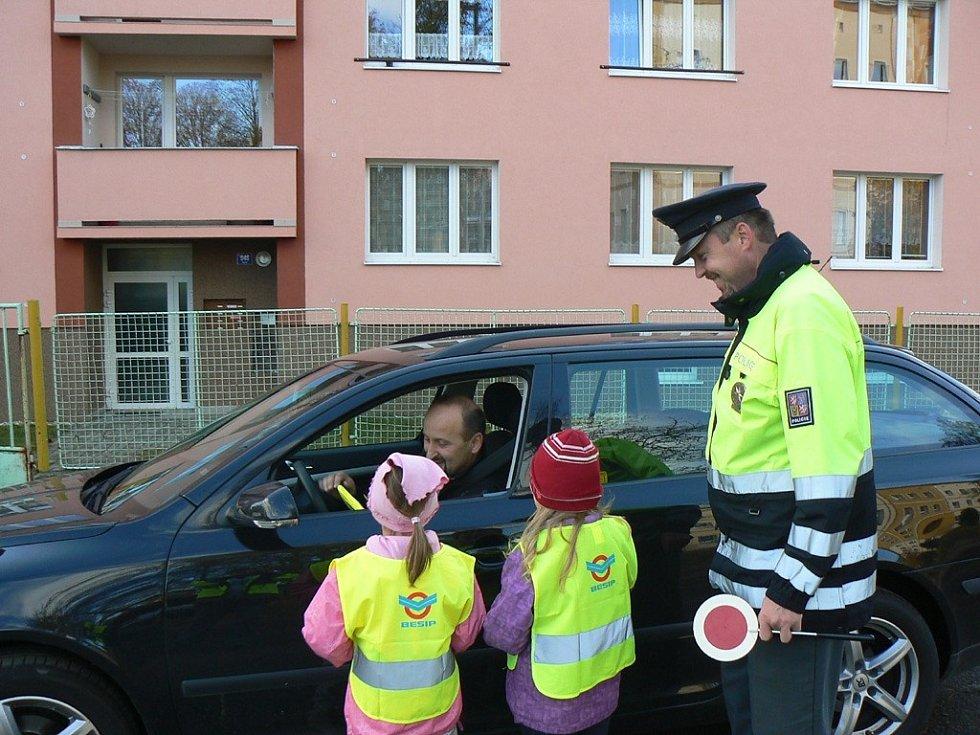 PŘEDŠKOLÁCI z Teplé upozornili řidiče, že se mají na silnici chovat zodpovědně.