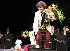 Zpěvák Hynek Tomm, rodák z Chebu, zpívá celý svůj život, už jako dítě zvítězil v celostátním kole v sólovém zpěvu.
