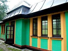 Pavilon minerálního pramene v Dolních Pasekách má původní barvy.