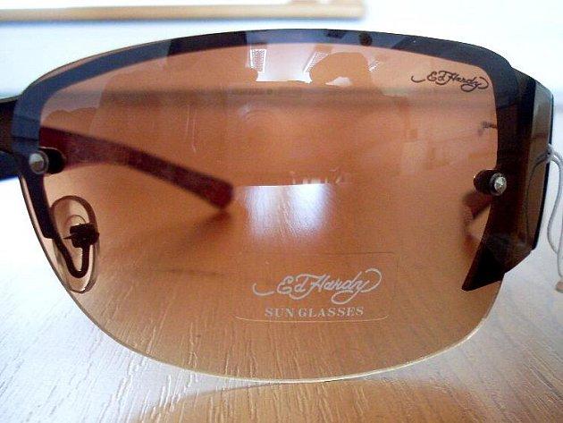 CHEBŠTÍ CELNÍCI při kontrole objevili padělky brýlí Ed Hardy. Kdyby  se brýle prodaly, vznikla by majitelům ochranné známky škoda přibližně  13 milionů korun.