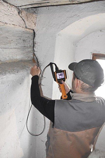 Odborníci zkoumali v Chebu rozsah poškození unikátních krovů