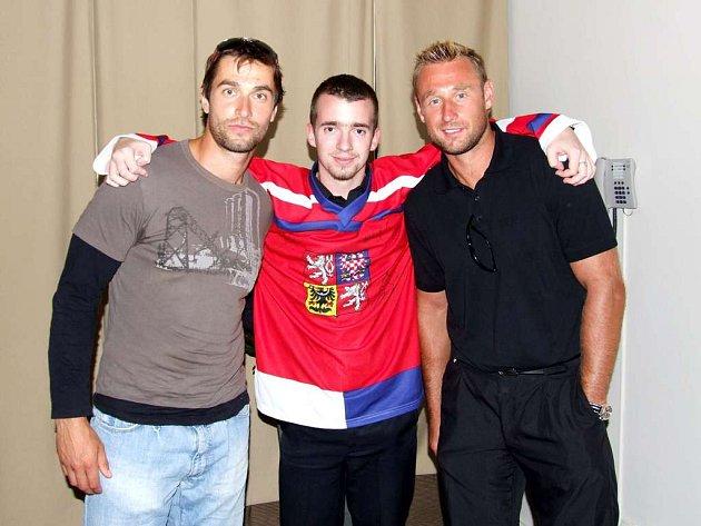 Hokejista Radek Dvořák (vlevo), student Lukáš Hančar a hokejista Václav Prospal