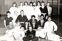 Konec sedmdesátých let. Na tréninky karate chodilo pravidelně dvacet dospělých mužů. Trenér Ruda Kožíšek leží dole uprostřed v černém kimonu.