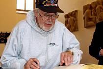 AMERICKÉ VETERÁNY čekalo také přijetí na chebské radnici, kde se všichni zapsali do pamětní knihy. Na snímku zvěčňuje svou návštěvu Chebu Fremont Gruss.