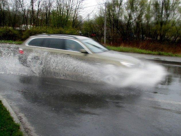 Déšť způsobil řidičům na Chebsku opět řadu problémů