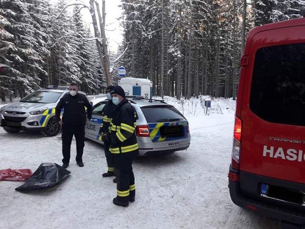 Hasiči v Teplé dovážejí policistům na hranice okresu teplé nápoje.
