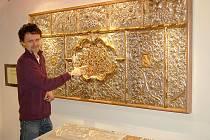 ANTEPENDIUM je postříbřená a pozlacená měděná deska. Nyní je poprvé k vidění v Muzeu Cheb. Jedinečný skvost ukazuje restaurátor muzea Dušan Vančura.