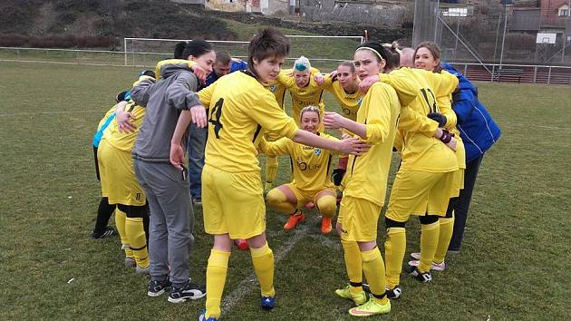 Fotbalistky Hvězdy Cheb vstoupily skvěle do jarní části divize. Na hřišti vedoucí Chyše zvítězily 4:3.