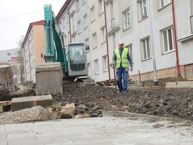 REKONSTRUKCE sídliště v Aši úspěšně pokračuje. V těchto dnech se tam dodělávají chodníky a silnice.