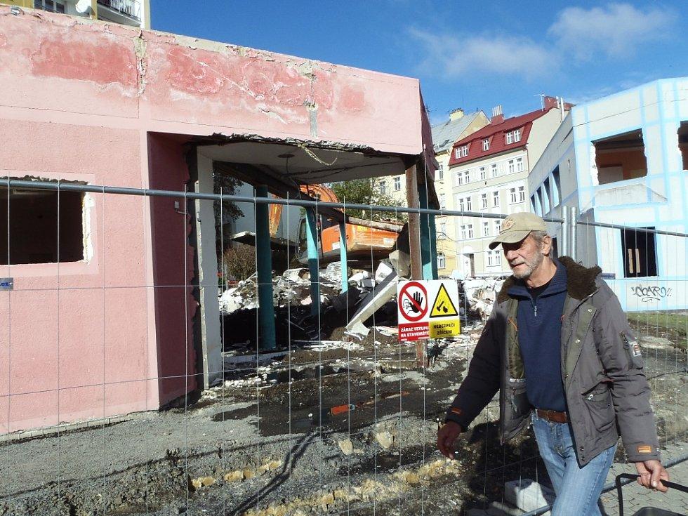 TĚŽKÁ TECHNIKA začala v pondělí bourat dva domy v chebské Májové ulici. Ty jsou již několik let prázdné.