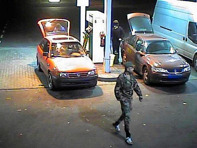 Pozná někdo podezřelého muže?
