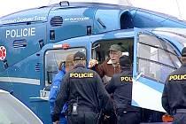 POLICEJNÍ PÁTRACÍ AKCE byla úspěšná.  Osmdesátiletého ztraceného houbaře viděli muži zákona z vrtulníku, kterým ho také přepravili na služebnu.