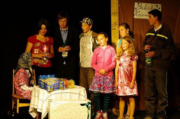 DIVADÉLKO, divadelní soubor působící při mariánskolázeňském domu dětí a mládeže, se představilo také s hrou Devadesátiny.