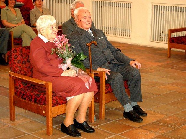 ŹIJÍ SPOLU JIŽ 65 LET. Ladislav a Marie Aišmanovi z Chebu na místním městkém úřadě