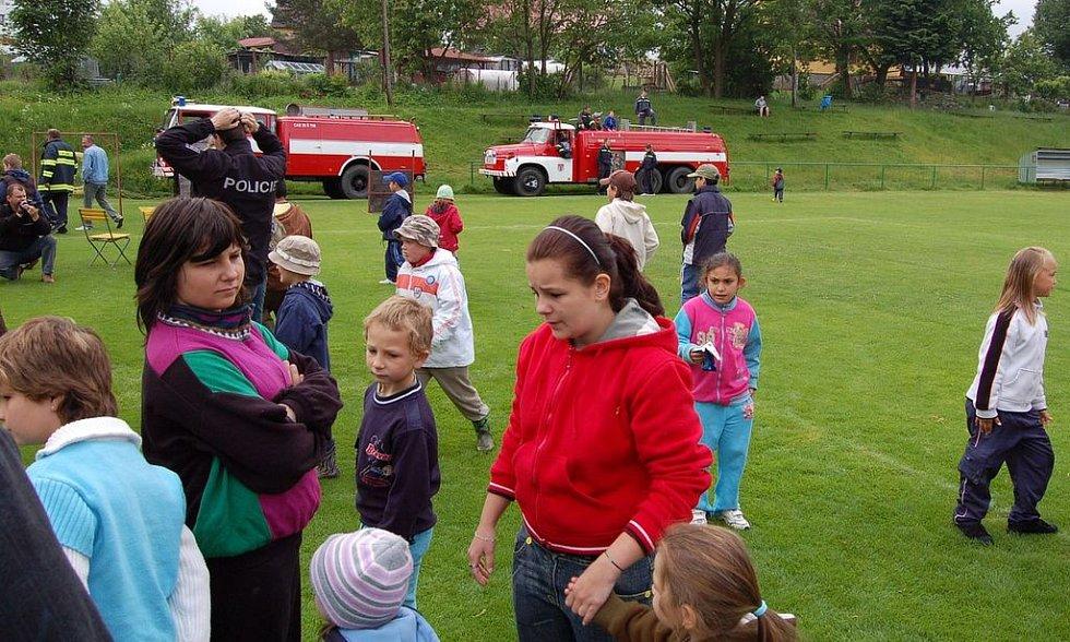 Několik stovek dětí i dospělých se přišlo podívat na Den dětí do Dolního Žandova. I ti nejmenší měli možnost spatřit kynologický výcvik psů nebo šermířské umění.
