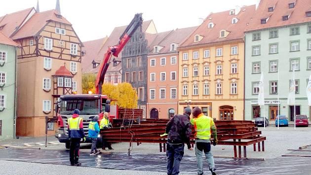 Na náměstí Krále Jiřího z Poděbrad v Chebu se začaly stavět vánoční trhy.
