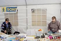 INFORMAČNÍ STÁNEK ZAUJAL. Hana Miklóšová (vlevo) a Marcela Majerová, obě nevidomé, se také zúčastnily předváděcí akce, která měla za úkol informovat ostatní obyvatele Chebu o tom, jak se žije zrakově postiženým.