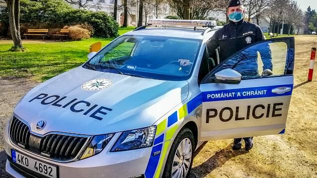 Policista prap. Jan Bílek vytáhl muže z hořícího auta.