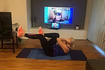 Trenér Jaroslav Kondor Švehla, který už léta organizuje kruhové tréninky v Mariánských Lázních a Chebu, ten nyní kvůli koronaviru přenáší živé přes Skype. Jeho svěřenci cvičí poctivě doma před televizí.