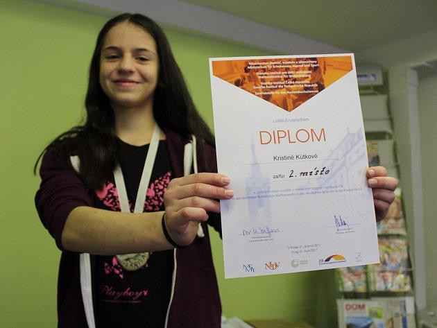 STUDENTKA KRISTINA KŮTKOVÁ z Gymnázia Cheb získala diplomy za pěvecký přednes a znalosti v němčině. V Karlovarském skřivánkovi získala i skleněného skřivánka.