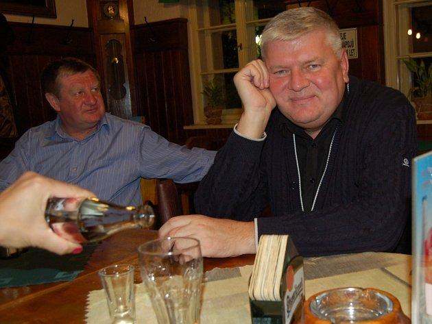 PŘI NÁVŠTĚVĚ REGIONU si Nikolaj Kulish (vpravo) našel čas i na neformální posezení s přáteli.