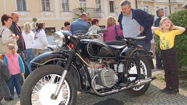 MEZINÁRODNÍ SOUTĚŽ elegance historických vozidel ve Františkových Lázních vždy potěší také příznivce jednostopých vozidel.