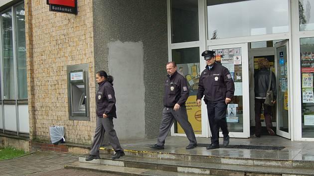 POLICISTÉ, kteří byli na místě loupeže během několika minut zadrželi čtyřicetiletého muže během deseti minut. Lupič, který se domáhal peněz  pod výhružkou použití zbraně však žádné peníze nezískal.