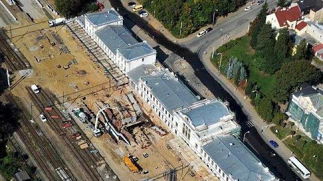 Na mariánskolázeňském nádraží (na leteckém snímku) se sešly hned dvě náročné akce, a to stavba stavba železničního koridoru a dlouho očekávaná revitalizace budovy železniční stanice.