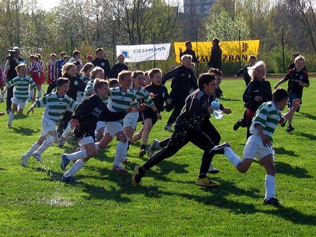 DOBOJOVÁNO!  Velká radost panovala v družstvu Česko–německé fortbalové školy, která zvítězila v pátém ročníku minimistrovství Evropy klubových celků přípravek.