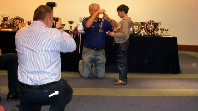 ÚSPĚŠNÝ ŽÁK.  Nejmladší mariánskolázeňský modelář Petr Němec získal na mistrovství světa Open Scale World dvě zlaté, jednu stříbrnou a  jednu bronzovou medaili. Navíc si odvezl i čestné uznání.