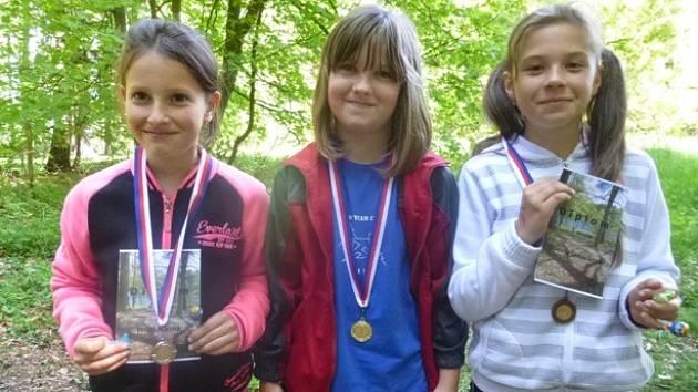 Úspěšné závodnice ROB Cheb kategorie D9: Victoria Maierová, Eliška Růžičková, Daniela Šimáčková (zleva).
