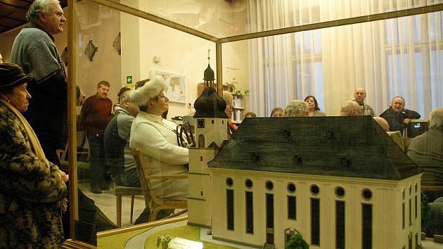 V knihovně je model zničeného kostela.