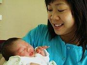 BAO CHI NGUYEN VU, holčička, se narodila v úterý 9. března v osm hodin ráno. Při narození vážila 2800 gramů a měřila 47 centimetrů. Doma v Chebu se z malé dcerušky raduje maminka Hue spolu s tatínkem Hoanem.