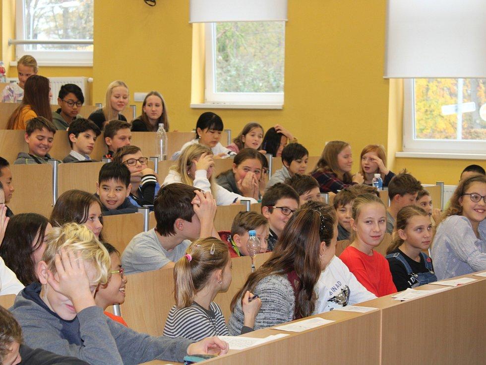 V AULE Gymnázia Cheb se během stávky učitelů konal náhradní program.