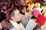 Na Chebsku lidé zpívali známé koledy celkem na devíti místech. Kromě Chebu i v Lubech, nebo Aši. Na chebském náměstí všechny doprovázel pěvecký sbor Kopretiny pod vedením učitelky Evy Kůrkové.
